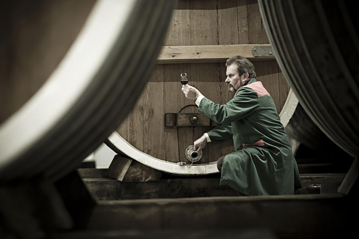 Destillateurmeister Fritz at work